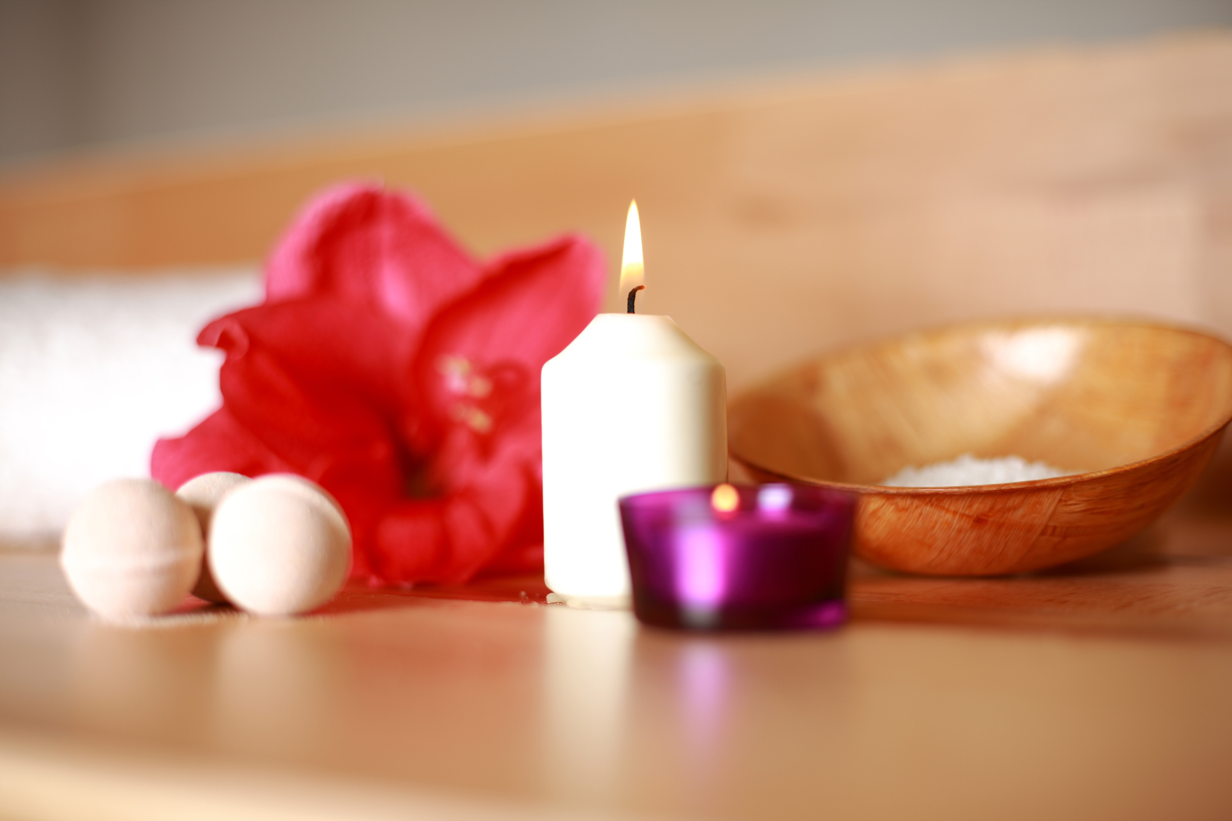 Massage accessories, flower and candle for an authentic, relaxing massage session